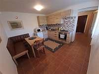 Vybavená kuchyně s jídelním koutem - chata ubytování Mutěnice