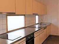 Kuchyňská linka má 4 m, 2 dřezy, 2 myčky, 2 indukční sporáky