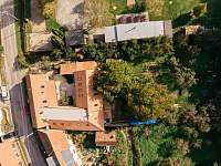 Pohledz dronu - chalupa k pronajmutí Skalička u Tišnova