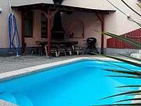 společný dvůr s bazénem