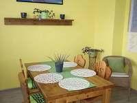 Apartmán mátový - jídelní stůl - k pronajmutí Ostrov u Macochy