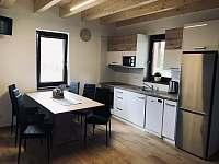 Jídelna s kuchyňskou linkou - pronájem chaty Velké Bílovice