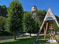 Zámek Vranov nad Dyjí; v popředí další plastika podhradského umělce Lubo Kristka -