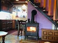 Obývací pokoj s krbem - chata ubytování Buchlovice - Smraďavka