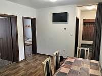 Jídelní stůl s TV - apartmán k pronajmutí Sloup