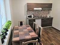 Kuchyňka s jídelním stolem - pronájem apartmánu Sloup