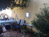 Prostorná terasa - 100 m2, venkovní gril a houpací lavice.