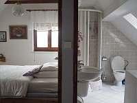 Ložnice a koupelna v podkroví - pronájem chalupy Řicmanice