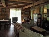 Obývací pokoj - pohled zezadu - chalupa k pronajmutí Řicmanice