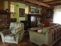 Obývací pokoj s rozkládací pohovkou - pronájem chalupy Řicmanice