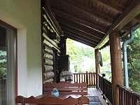 Venkovní krytá terasa s posezením - chalupa k pronájmu Řicmanice