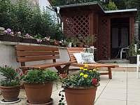 Zahradní altánek s dřevěným posezením - chalupa k pronájmu Řicmanice