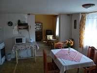 Pohled do kuchyně s průchodem do obýváku