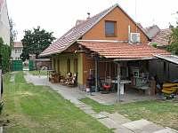 posezení i v zadní části + venkovní solár sprcha - pronájem chalupy Moravská Nová Ves