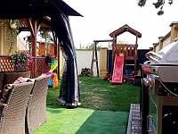 Dětské hřiště a posezení v altánku - apartmán ubytování Lednice