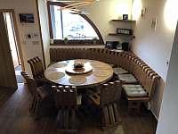 Další pohled na hodovací stůl pro 11 lidí