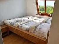 Druhá manželská postel z masivu v ložnici č.1 - Velké Pavlovice