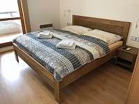 ložnice č.1 - manželská postel z masivu s matracemi z líné pěny - Velké Pavlovice