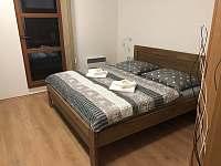 Manželská postel z masivu s matracemi z líné pěny ložnice 1 - apartmán k pronajmutí Velké Pavlovice