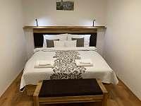 AP5 - ložnice s boxspring postelí na mezzonetu - Kurdějov