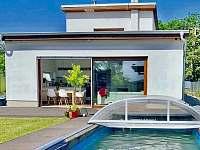 Vila Martina - ubytování s bazénem a velkým francouzským oknem - k pronájmu Popůvky u Brna