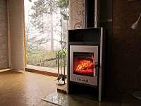 Krbová kamna v obývacím pokoji vytopí celý prostor objektu-dřevo je k dispozici