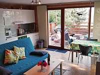 Kuchyňský kout Ikea Faktum s lesklým povrchem