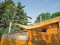Sluneční zástěna nad spodní terasou