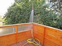 Venkovní sprcha na spodní terase