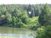 Chata na břehu rybníka