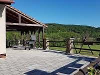 Částečně zastřešená terasa - pronájem chalupy Chudčice