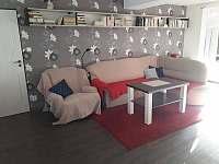 Obývací pokoj s jídelnou - rekreační dům k pronájmu Valtice