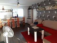 Obývací pokoj s jídelnou - rekreační dům ubytování Valtice
