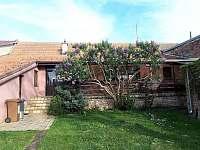 Pohled na dům s terasou ze zahrady - rekreační dům ubytování Valtice