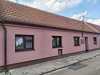 Pohled na dům z ulice - pronájem rekreačního domu Valtice