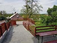 Pohled od domku na terasu - chata k pronájmu Hlohovec