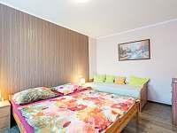 dvoulůžko + 1x postel v apartmánu, pokoj sousedí s dětským pokojem - Křepice