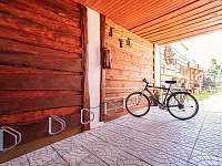 Stojany na kola v zastřešeném uzavřeném průjezdu - ubytování Křepice