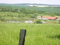 Celkový pohled na rybník Prokop od zámeckého parku