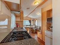 kuchyň s obývacím pokojem