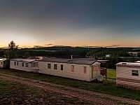 mobilheim zadní pohled noc - chata ubytování kemp Výr - Výrovice