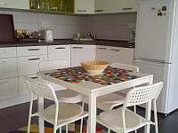 kuchyně s posezením - rekreační dům k pronájmu Těšetice u Znojma