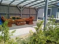 Posezení pod pergolou - rekreační dům k pronájmu Těšetice u Znojma