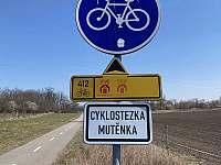 Kousek od ubytování cyklostezka Mutěnka 13,5 km jak na kole tak na bruslích -