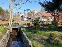 Chaloupka u Vejvodů - pohled na rybník - ubytování Skřípov