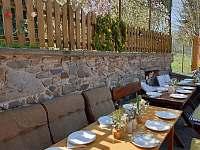 Venkovní posezení - stoly - chalupa ubytování Skřípov