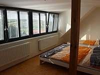 Čtyřlůžkový pokoj v podkroví má krásný výhled..... - apartmán k pronajmutí Zaječí