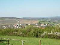 ...touto cestou (pohled z protějšího kopce od Nezdenic) - Rudice