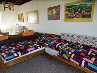 Dvě postele v obýváku - chalupa ubytování Rudice