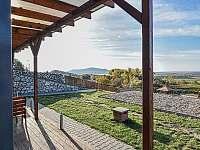 Výhled z bungalovu na Pálavu - chatky k pronájmu Zaječí